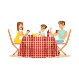 愉快的家庭吃午餐户外,母亲、父亲和儿子字符在野餐导航例证 库存例证