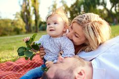愉快的家庭在一个公园在夏天秋天 免版税库存照片