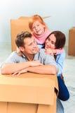 愉快的家庭在修理和拆迁时 免版税库存图片