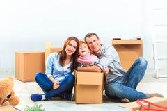 愉快的家庭在修理和拆迁时 免版税库存照片