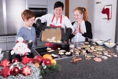 愉快的家庭在做圣诞节烘烤的厨房里 库存图片