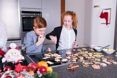 愉快的家庭在做圣诞节烘烤的厨房里 免版税库存图片