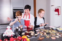 愉快的家庭在做圣诞节烘烤的厨房里 免版税库存照片