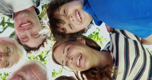 愉快的家庭在公园一起 股票视频