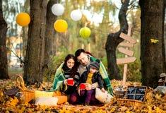 愉快的家庭在公园,秋天时间 免版税库存照片