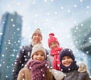 愉快的家庭在冬天穿衣户外 库存照片