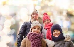 愉快的家庭在冬天穿衣户外 图库摄影