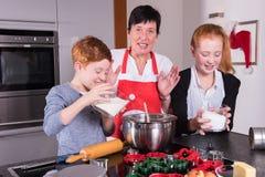 愉快的家庭在准备圣诞节面包店的厨房里 免版税库存图片