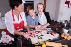 愉快的家庭在准备圣诞节面包店的厨房里 库存照片