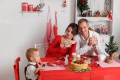 愉快的家庭在厨房和饮用的茶里 库存图片
