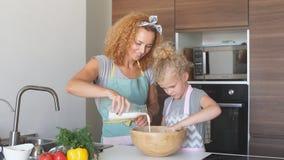 愉快的家庭在厨房里 一起烹调母亲和儿童的女儿 影视素材