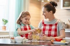 愉快的家庭在厨房里 免版税图库摄影