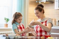 愉快的家庭在厨房里 库存图片