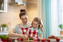 愉快的家庭在厨房里 免版税库存照片