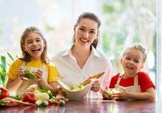 愉快的家庭在厨房里 免版税库存图片