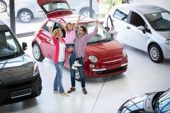 愉快的家庭在售车行交谊厅 图库摄影