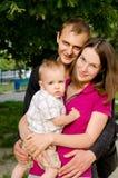 年轻愉快的家庭在夏天户外 免版税库存图片