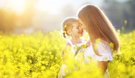 愉快的家庭在夏天 小女孩儿童女儿拥抱和k 免版税库存图片
