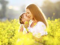 愉快的家庭在夏天 小女孩儿童女儿拥抱和k 免版税库存照片