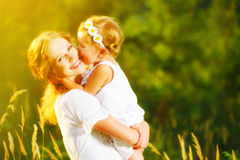 愉快的家庭在夏天 小女孩儿童小女儿拥抱 免版税库存图片