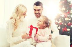 愉快的家庭在家与圣诞树 库存照片
