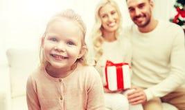 愉快的家庭在家与圣诞节礼物盒 免版税库存图片