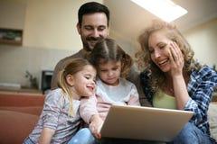 愉快的家庭在家享用 免版税库存照片