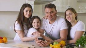 愉快的家庭在家在厨房里 库存照片