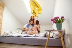 愉快的家庭在家在她的庆祝第四个生日的屋子里 免版税库存图片