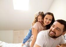 愉快的家庭在家在她的庆祝第四个生日的屋子里 免版税库存照片