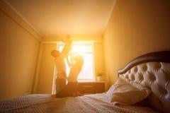 愉快的家庭在屋子晚上光里 太阳的光 妈妈 库存图片