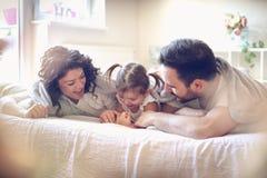 愉快的家庭在早晨 库存照片