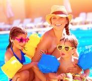 愉快的家庭在暑假 免版税图库摄影