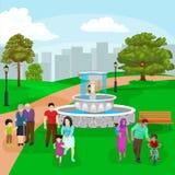 愉快的家庭在有使用户外在庭院瀑布,偶然人附近的喷泉、男孩和女孩的公园在假期 库存图片