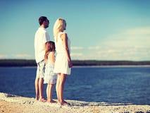 愉快的家庭在海边 免版税图库摄影