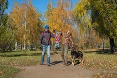 愉快的家庭在秋天公园 免版税图库摄影