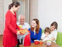愉快的家庭在菜园里 免版税图库摄影