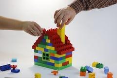 愉快的家庭大厦关系  免版税库存图片
