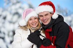 愉快的家庭夫妇在冬天 库存图片
