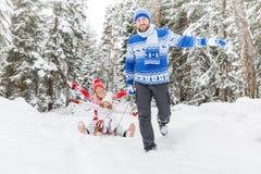 愉快的家庭室外在冬天 免版税库存照片