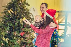 愉快的家庭庆祝圣诞节 妈妈、爸爸和儿子圣诞节的 免版税库存照片