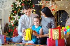 愉快的家庭打开礼物 免版税库存照片