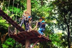 愉快的家庭旅行游人享受在一个受欢迎的旅游胜地,长臂猿的飞行的一次扣人心弦的旅途 免版税图库摄影