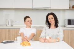 愉快的家庭早晨 图库摄影