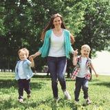愉快的家庭有乐趣、母亲和两个儿童儿子使用 库存图片