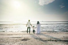 愉快的家庭有乐趣时间一起在有的海滩位于Pantai的好的日落视图勒米 免版税库存照片
