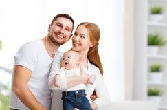 愉快的家庭母亲、父亲和儿子,婴孩在家 免版税库存照片