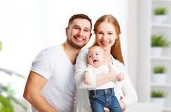 愉快的家庭母亲、父亲和儿子,婴孩在家 图库摄影