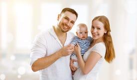 愉快的家庭母亲、父亲和儿子,婴孩在家 库存图片