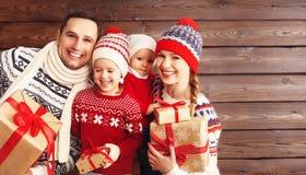 愉快的家庭母亲、父亲和孩子有圣诞节礼物的  免版税库存图片
